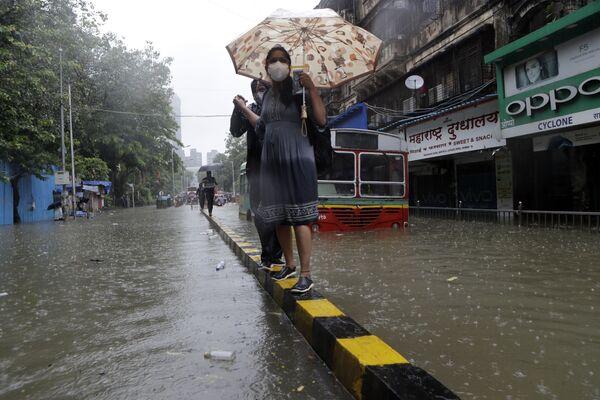 Затопленная улица во время проливных дождей в Мумбаи, Индия - Sputnik Mundo