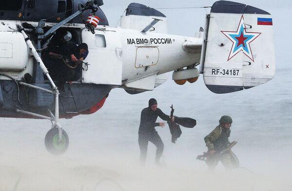 Учения Балтийского флота по высадке морского десанта на необорудованное побережье - Sputnik Mundo