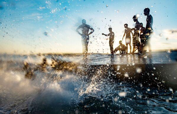 Отдыхающие на пляже Менексе в Стамбуле, Турция - Sputnik Mundo