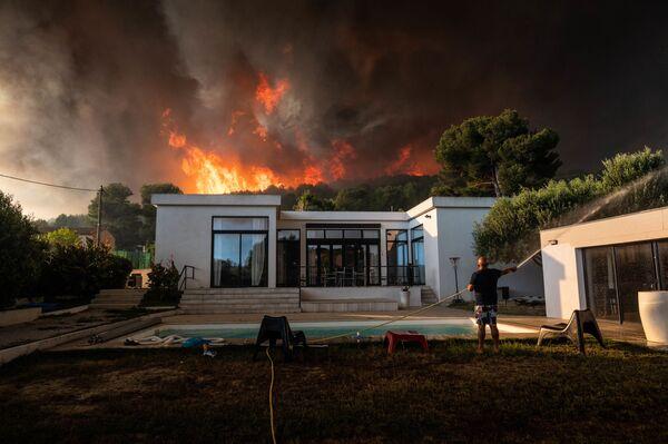 Лесной пожар в Ла-Куроне, Франция  - Sputnik Mundo