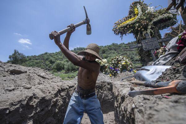 Работник кладбища копает новую могилу в Сан Мигель Хико, Мексика  - Sputnik Mundo