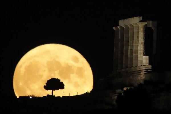 Луна во время восхода в Греции - Sputnik Mundo