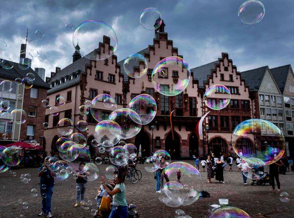 Мыльные пузыри на площади Франкфурта, Германия  - Sputnik Mundo