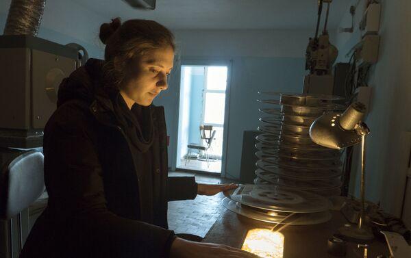 La preparación de cintas de película en el cine de Piramida - Sputnik Mundo