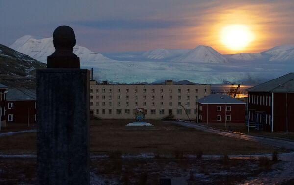 Así es el asentamiento ruso de Piramida, en el archipiélago noruego de Svalbard - Sputnik Mundo