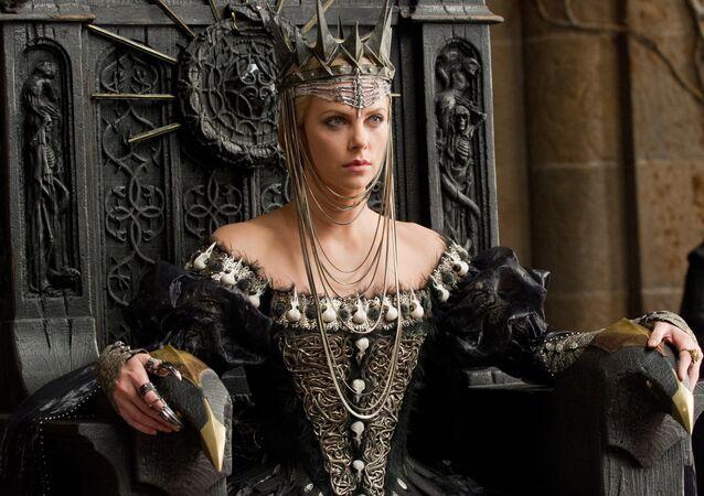 Charlize Theron en su papel de la reina Ravenna en la película 'Blancanieves y el cazador'