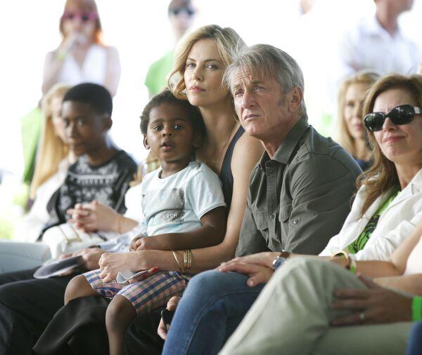 Актриса Шарлиз Терон с Шоном Пенном и приемным сыном Джексоном - Sputnik Mundo