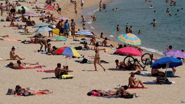 Una playa en Barcelona durante la pandemia de coronavirus - Sputnik Mundo