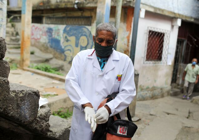 Un doctor recorre el barrio de Las Mayas durante la pandemia de coronavirus en Caracas, Venezuela