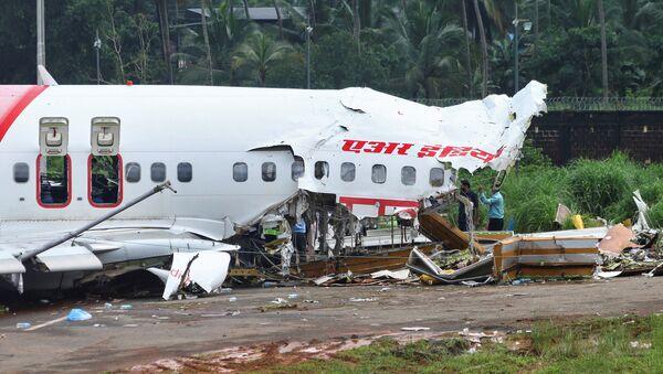 Boeing 737 de Air India Express tras el aterrizaje forzoso - Sputnik Mundo
