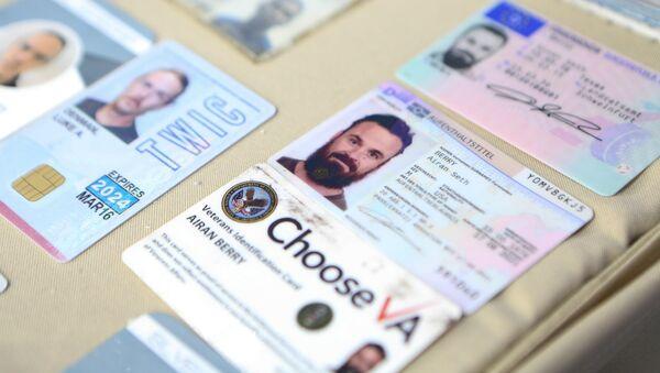 Documentos de los ciudadanos de EEUU, Luke Denman y Airan Berry, detenidos en Venezuela por un intento de golpe de Estado - Sputnik Mundo