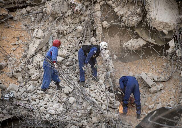 Rescatistas rusos remueven los escombros tras la explosión en Beirut