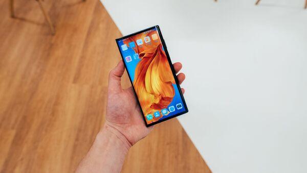 Un 'smartphone' de Huawei, foto de archivo - Sputnik Mundo