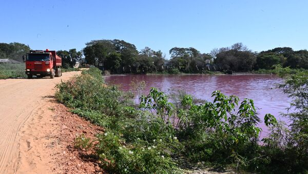 El lago Cerro se puso de color rojo - Sputnik Mundo