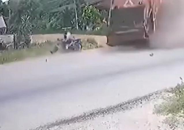 Este motociclista logró esquivar a un camión de milagro