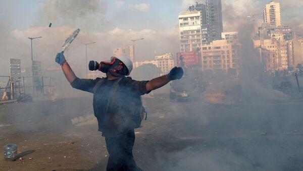 Un manifestante durante las multitudinarias protestas contra la gestión del Gobierno tras la explosión en el puerto de Beirut, el 8 de agosto de 2020 - Sputnik Mundo