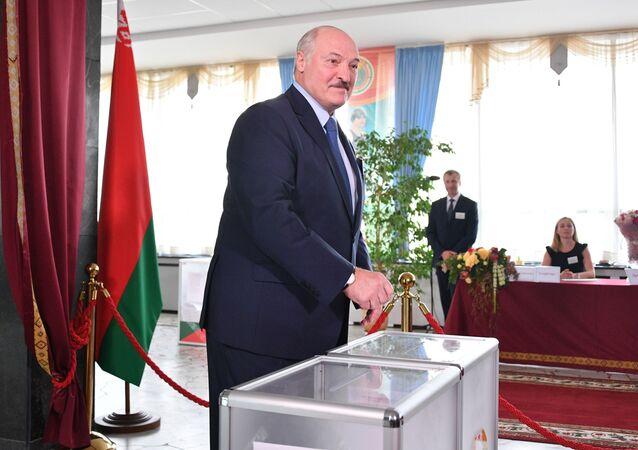 El presidente bielorruso, Alexandr Lukashenko, vota en las elecciones presidenciales