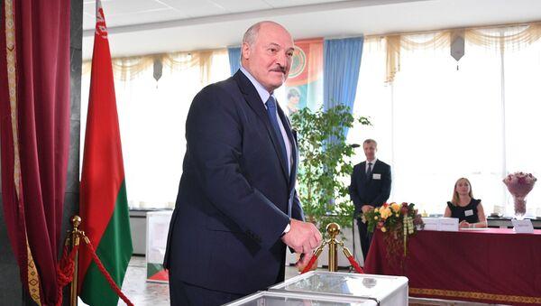 El presidente bielorruso, Alexandr Lukashenko, vota en las elecciones presidenciales - Sputnik Mundo