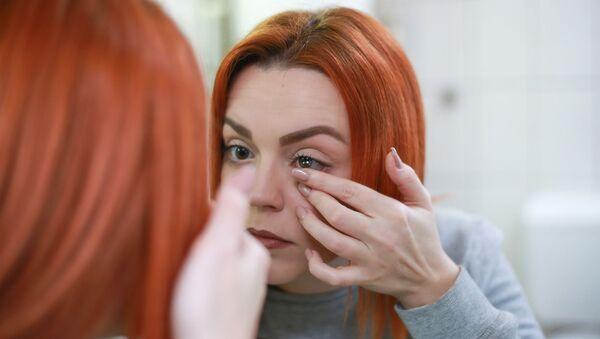 Una chica con lentes de contacto  - Sputnik Mundo