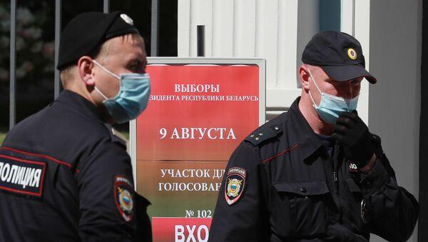 Agentes de Policía cerca de la embajada de Bielorrusia en Moscú - Sputnik Mundo