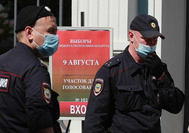 Agentes de Policía cerca de la embajada de Bielorrusia en Moscú