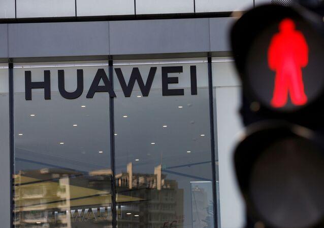 La fachada de una tienda de Huawei en Pekín, China