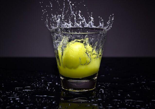 Una fruta en un vaso de aguas (imagen referencial)