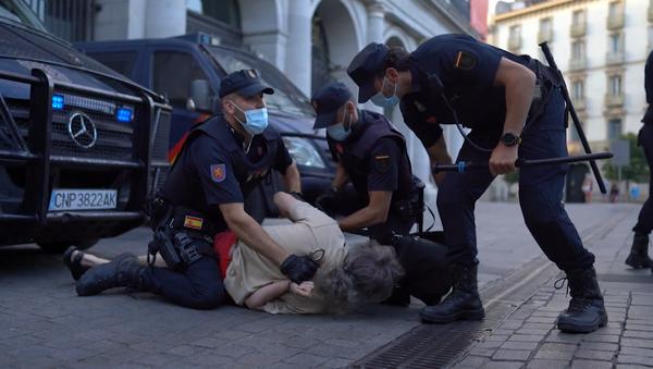 Un detenido en la manifestación contra la monarquía en Madrid - Sputnik Mundo