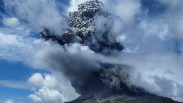 El volcán indonesio Sinabung expulsa una columna de ceniza - Sputnik Mundo