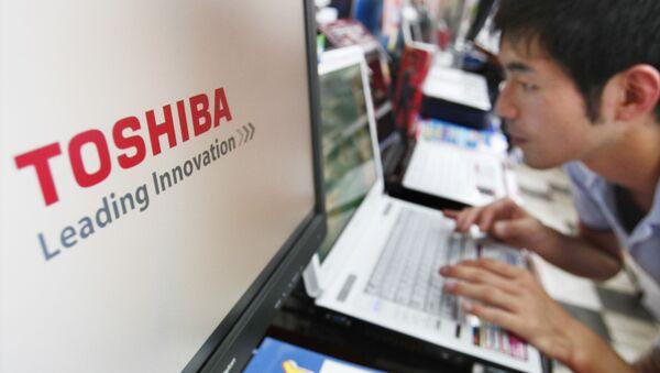 Una cliente prueba una computadora Toshiba Dynabook en una tienda en Japón (archivo) - Sputnik Mundo