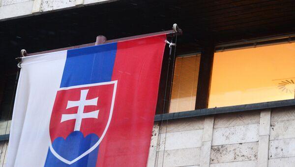La bandera de Eslovaquia en su Embajada en Moscú - Sputnik Mundo