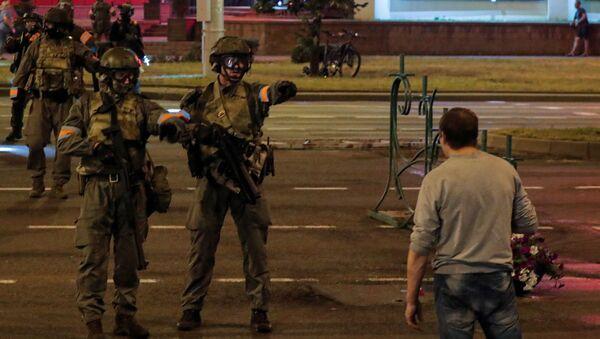 Los enfrentamientos entre los manifestantes opositores y los agentes policiales durante las protestas en Minsk - Sputnik Mundo