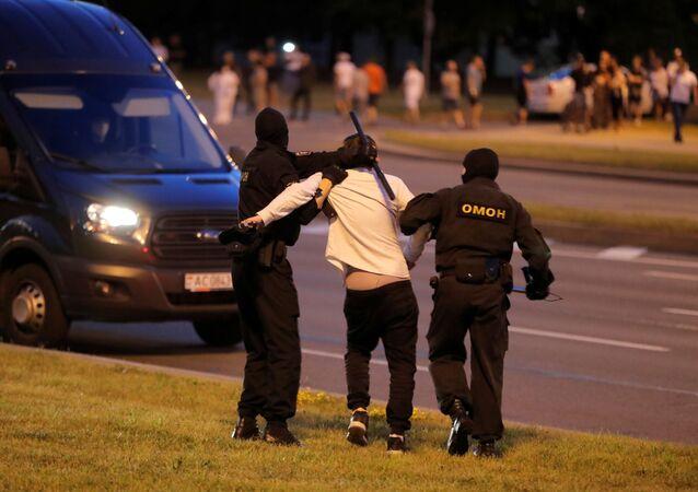 Un manifestante detenido durante las protestas en Bielorrusia