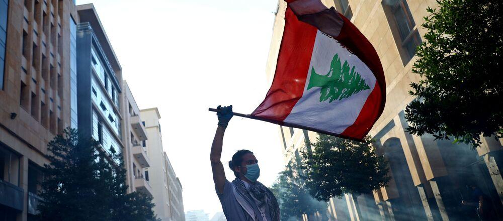 Un hombre con la bandera del Líbano durante las protestas en Beirut