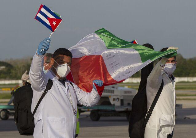 Primer contingente de la Brigada Henry Reeve llega al Aeropuerto Internacional José Martí en La Habana, Cuba luego de cumplir su misión en Italia. 8 de junio de 2020.