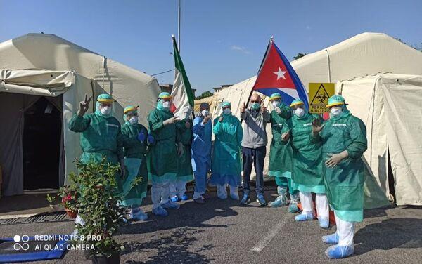 Médicos de la Brigada Internacional Henry Reeve en Crema (Lombardía) con el paciente Maurizio Bertolaso - Sputnik Mundo