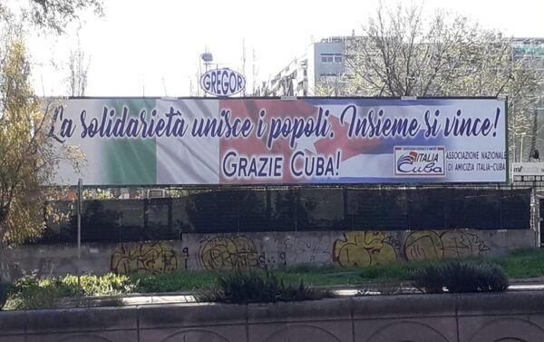 Cartel en Italia que dice: La solidaridad une a los pueblos. Juntos se vence. Gracias Cuba - Sputnik Mundo
