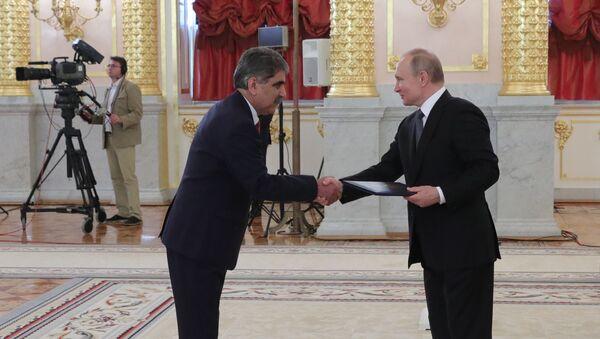 El presidente ruso, Vladímir Putin y el embajador de Afganistán en Rusia, Latif Bahand - Sputnik Mundo