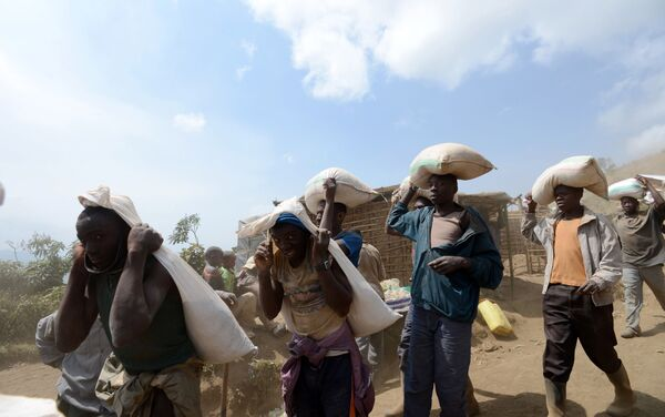 Los trabajadores en una mina de coltán en el Congo - Sputnik Mundo