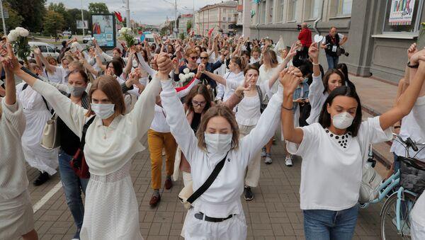 Mujeres bielorrusas marchan contra la brutalidad policial en Minsk - Sputnik Mundo
