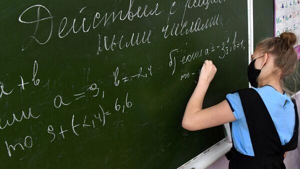 Una chica escribiendo con la mano izquierda - Sputnik Mundo