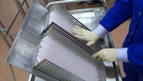 La producción de una vacuna rusa contra el COVID-19 - Sputnik Mundo