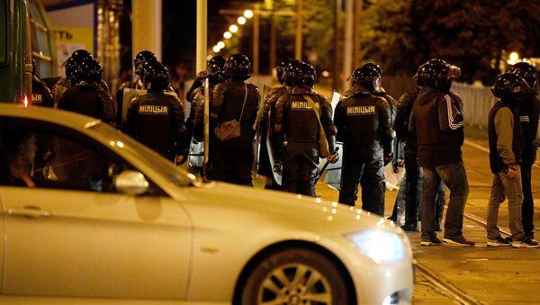 Los policías durante las protestas en Minsk, Bielorrusia - Sputnik Mundo