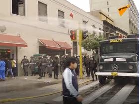 La policía peruana dispersa con agua la protesta de los trabajadores de la salud