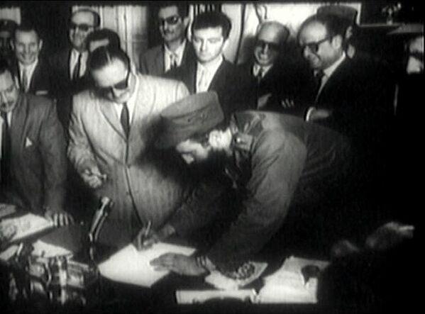 Fidel Castro firma como primer ministro de Cuba, en 1959 - Sputnik Mundo