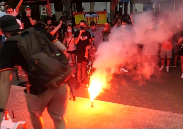 Hinchas del Valencia protestan contra gestión deportiva y exigen la salida de los dueños del club