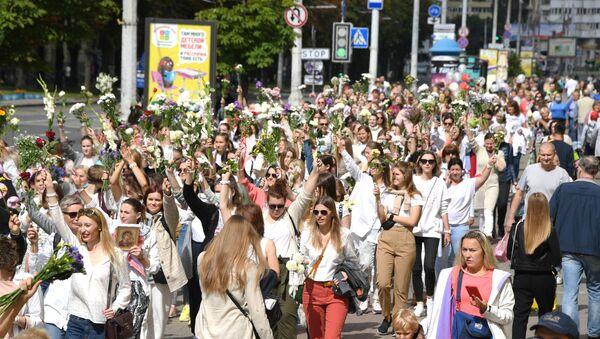 Una marcha de mujeres con flores y globos en las manos en Bielorrusia - Sputnik Mundo