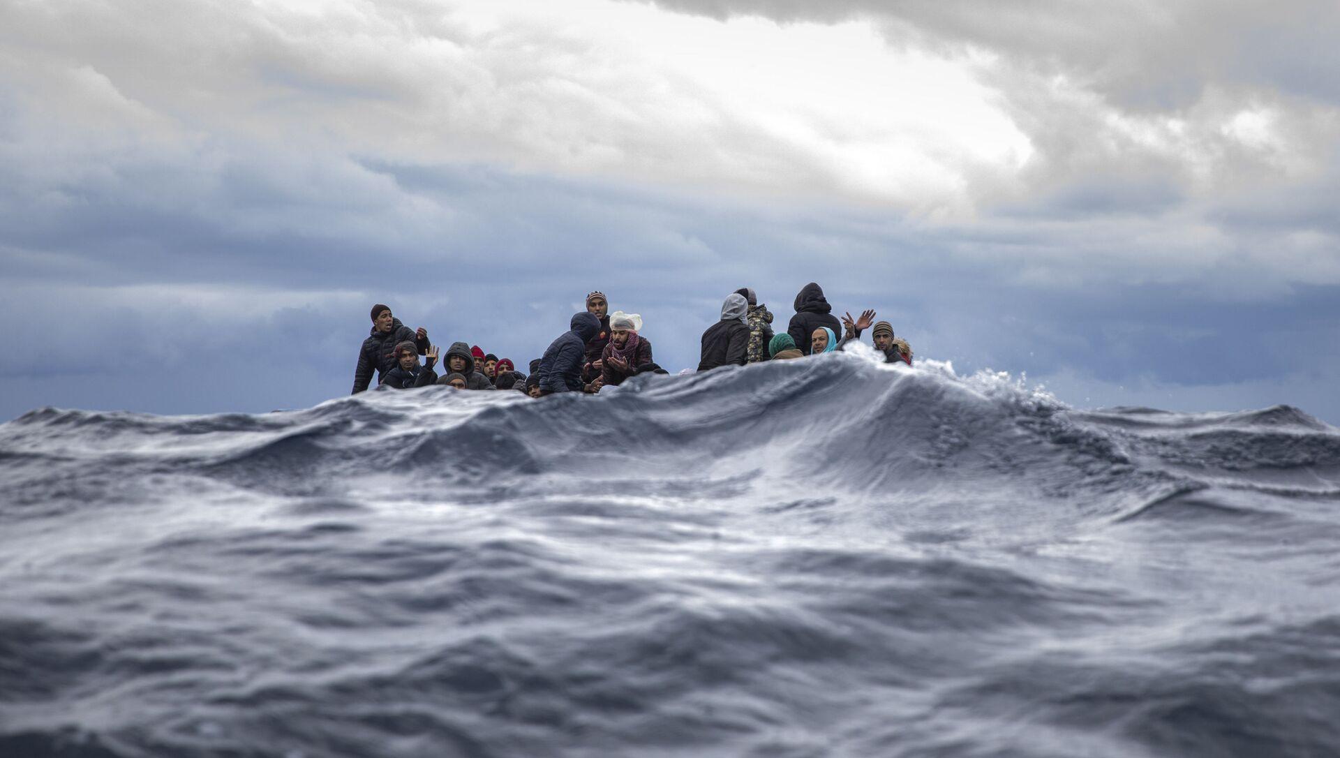 Inmigrantes en medio del mar Mediterráneo a punto de ser rescatados por la ONG española Open Arms. Enero 2020 - Sputnik Mundo, 1920, 18.09.2020