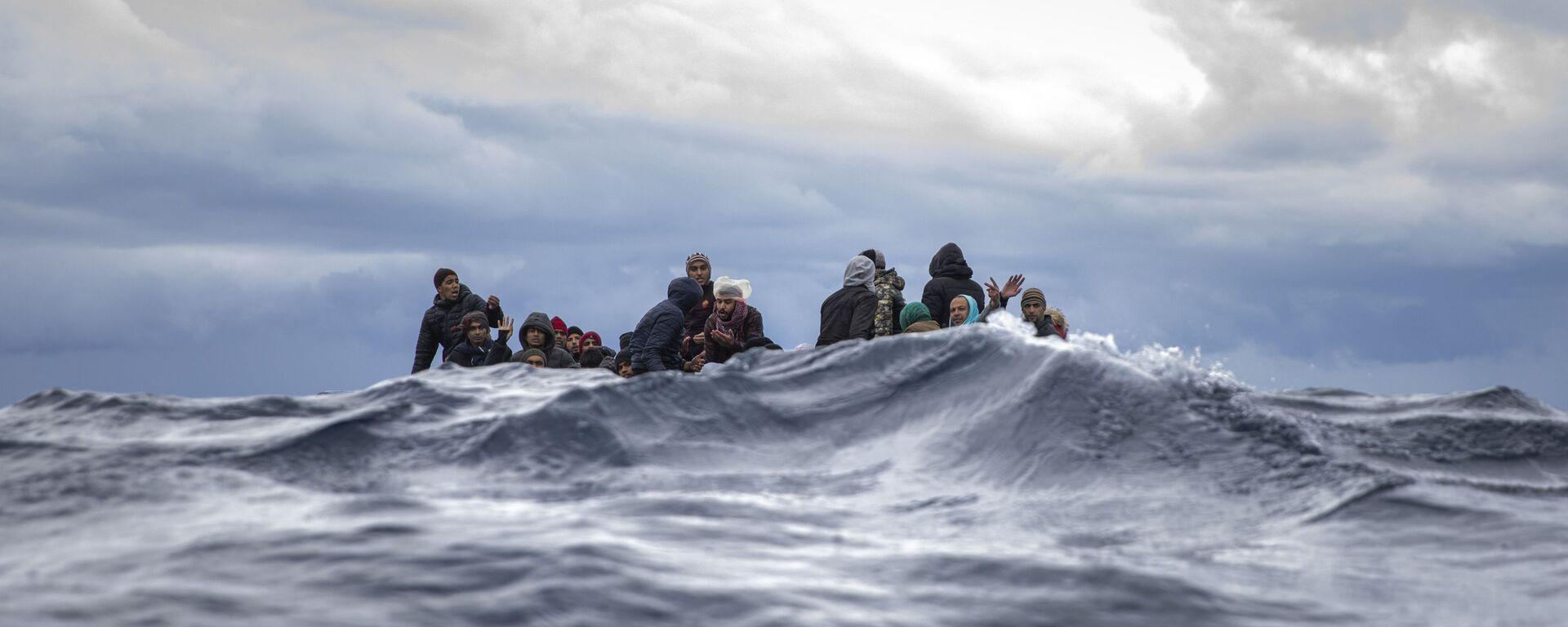 Inmigrantes en medio del mar Mediterráneo a punto de ser rescatados por la ONG española Open Arms. Enero 2020 - Sputnik Mundo, 1920, 20.07.2021