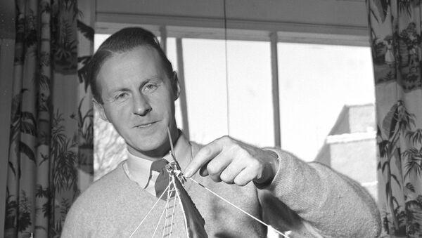 Thor Heyerdahl con una maqueta de la balsa Kon-Tiki - Sputnik Mundo